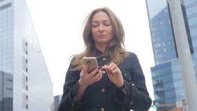 Jonge vrouw die smartphone gebruiken stock videobeelden