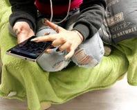 Jonge vrouw die smartphone gebruiken Royalty-vrije Stock Afbeelding