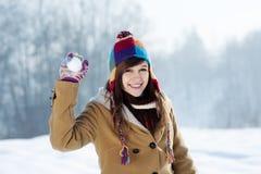 Jonge vrouw die sneeuwbal werpt Royalty-vrije Stock Foto's
