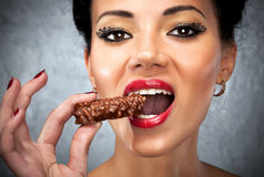 Jonge vrouw die snoepje eet Royalty-vrije Stock Foto