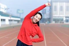 Jonge vrouw die in sportslijtage sport doen royalty-vrije stock afbeelding