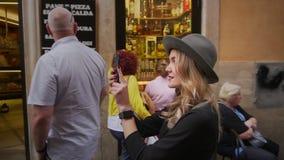 Jonge vrouw die in stadscentrum lopen De vrouwelijke reiziger neemt foto van oude stad Meisje die Italië onderzoeken Langzame Mot stock videobeelden