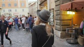 Jonge vrouw die in stadscentrum lopen De vrouwelijke reiziger neemt foto van oude stad Meisje die Italië onderzoeken Langzame Mot stock video