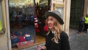 Jonge vrouw die in stadscentrum lopen De vrouwelijke reiziger neemt foto van oude stadsruïnes Meisje die Italië onderzoeken Langz stock video