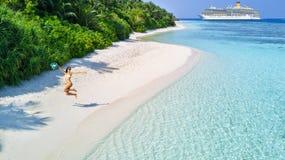 Jonge vrouw die strand en cruise van vakantie genieten royalty-vrije stock foto