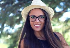 Jonge vrouw die strohoed en oog de glazenzomer het glimlachen portret dragen Royalty-vrije Stock Foto