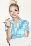 Jonge vrouw die stuk van pizza eten Royalty-vrije Stock Foto's