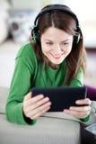 Jonge vrouw die tablet gebruiken Stock Fotografie