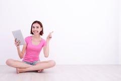 Jonge vrouw die tabletPC met behulp van Stock Foto's
