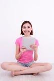 Jonge vrouw die tabletPC met behulp van Royalty-vrije Stock Afbeeldingen