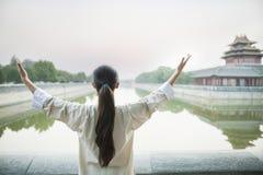 Jonge Vrouw die Tai Ji, Achtermening uitoefenen, in openlucht, Peking Royalty-vrije Stock Fotografie