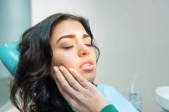 Jonge vrouw die tandpijn hebben Royalty-vrije Stock Foto