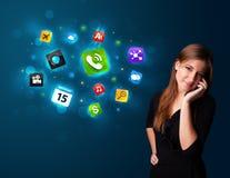 Jonge vrouw die telefonisch met diverse pictogrammen roepen Royalty-vrije Stock Fotografie
