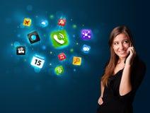 Jonge vrouw die telefonisch met diverse pictogrammen roepen Stock Afbeeldingen