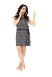 Jonge vrouw die telefoon met behulp van Royalty-vrije Stock Foto