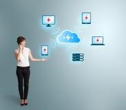 Jonge vrouw die telefoongesprek maken en wolk netto gegevensverwerking voorstellen stock foto