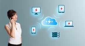 Jonge vrouw die telefoongesprek maken en wolk netto gegevensverwerking voorstellen stock afbeelding