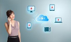 Jonge vrouw die telefoongesprek met wolk gegevensverwerkingsnetwerk maken Stock Afbeeldingen