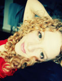 Jonge vrouw die thuis ontspant Royalty-vrije Stock Foto