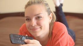 Jonge vrouw die thuis ontspant stock footage
