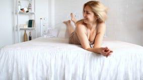 Jonge vrouw die thuis rust stock video