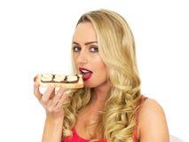 Jonge Vrouw die Toost met Uitgespreide Chocolade en Banaan eten Royalty-vrije Stock Foto's