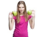 Jonge vrouw die twee groene appelen houden Royalty-vrije Stock Fotografie
