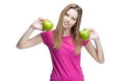 Jonge vrouw die twee groene appelen houden Royalty-vrije Stock Afbeeldingen