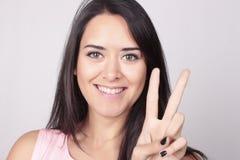 Jonge vrouw die twee met haar vingers tellen Stock Afbeeldingen