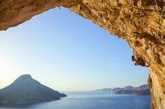 Jonge vrouw die uitdagingsroute in hol beklimmen stock afbeelding