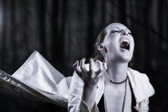 Jonge vrouw die - vampierstijl gilt Royalty-vrije Stock Afbeeldingen
