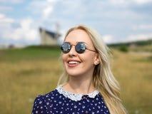 Jonge vrouw die van aard en zonlicht op strogebied genieten Stock Afbeeldingen