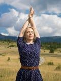 Jonge vrouw die van aard en zonlicht op strogebied genieten Royalty-vrije Stock Afbeelding
