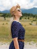 Jonge vrouw die van aard en zonlicht op strogebied genieten Royalty-vrije Stock Fotografie