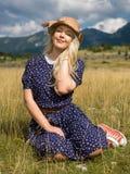 Jonge vrouw die van aard en zonlicht op strogebied genieten Stock Foto