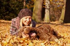 Jonge vrouw die van de herfst geniet Royalty-vrije Stock Afbeelding