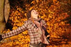 Jonge vrouw die van de herfst geniet Royalty-vrije Stock Foto's