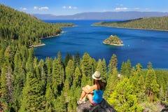 Jonge vrouw die van de mening van Emerald Bay genieten bij Meer Tahoe, Cali stock foto