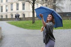 Jonge vrouw die van de regen geniet stock afbeeldingen