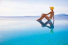 Jonge vrouw die van de zomer geniet Royalty-vrije Stock Foto