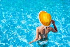 Jonge vrouw die van de zomer geniet Stock Foto's