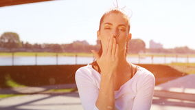 Jonge vrouw die van de zon genieten bij het park de kleur geeft uit stock videobeelden