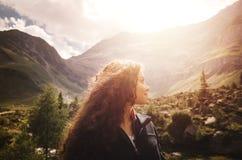 Jonge vrouw die van de zonsondergang in de dolomietbergen genieten in Noordelijk Italië Stock Foto's