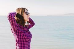 Jonge vrouw die van een aardige dag in de zomer genieten royalty-vrije stock afbeeldingen