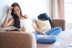 Jonge vrouw die van een ontspannende dag thuis genieten Royalty-vrije Stock Foto's