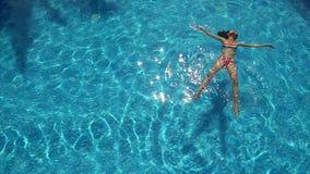 Jonge vrouw die van een pool genieten stock video