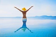 Jonge vrouw die van een zon genieten Royalty-vrije Stock Afbeelding
