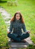 Jonge vrouw die van het leven geniet openlucht Stock Foto