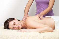 Jonge vrouw die van massage genieten Stock Foto