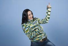 Jonge vrouw die van muziek geniet Royalty-vrije Stock Afbeelding